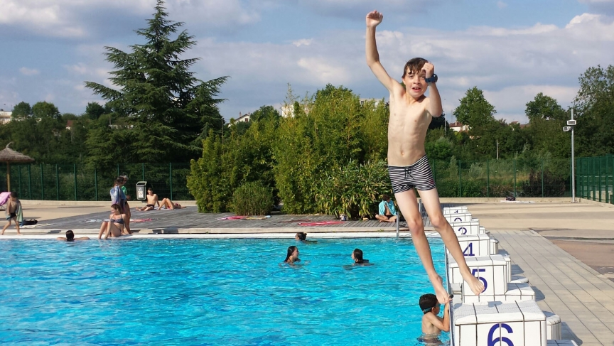 Boy jumps into public pool in Auxerre.